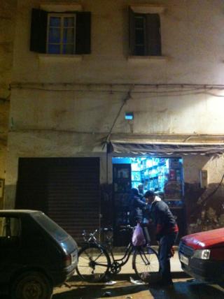 Un joven en la medina de Casablanca comprando con su bicicleta. Pablo León