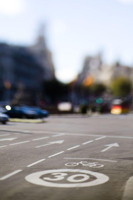Señalizacion ciclista en la madrileña calle de Alcalá. Foto de Samu Sánchez.