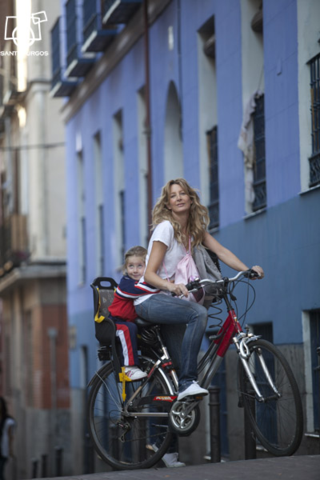 Una madre con su hija por una calle de Madrid. / Santi Burgos.
