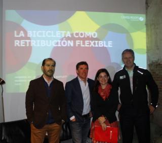 De izquierda a derecha, Carlos Nuñez, de AMBE, Perico Delgado y los representantes de Grass Roots Mar García y Paul Bartlett.