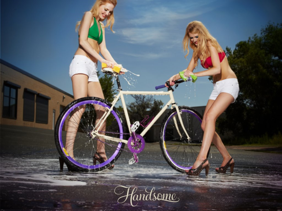 Chicas lavando una bicicleta, un día cualquiera.